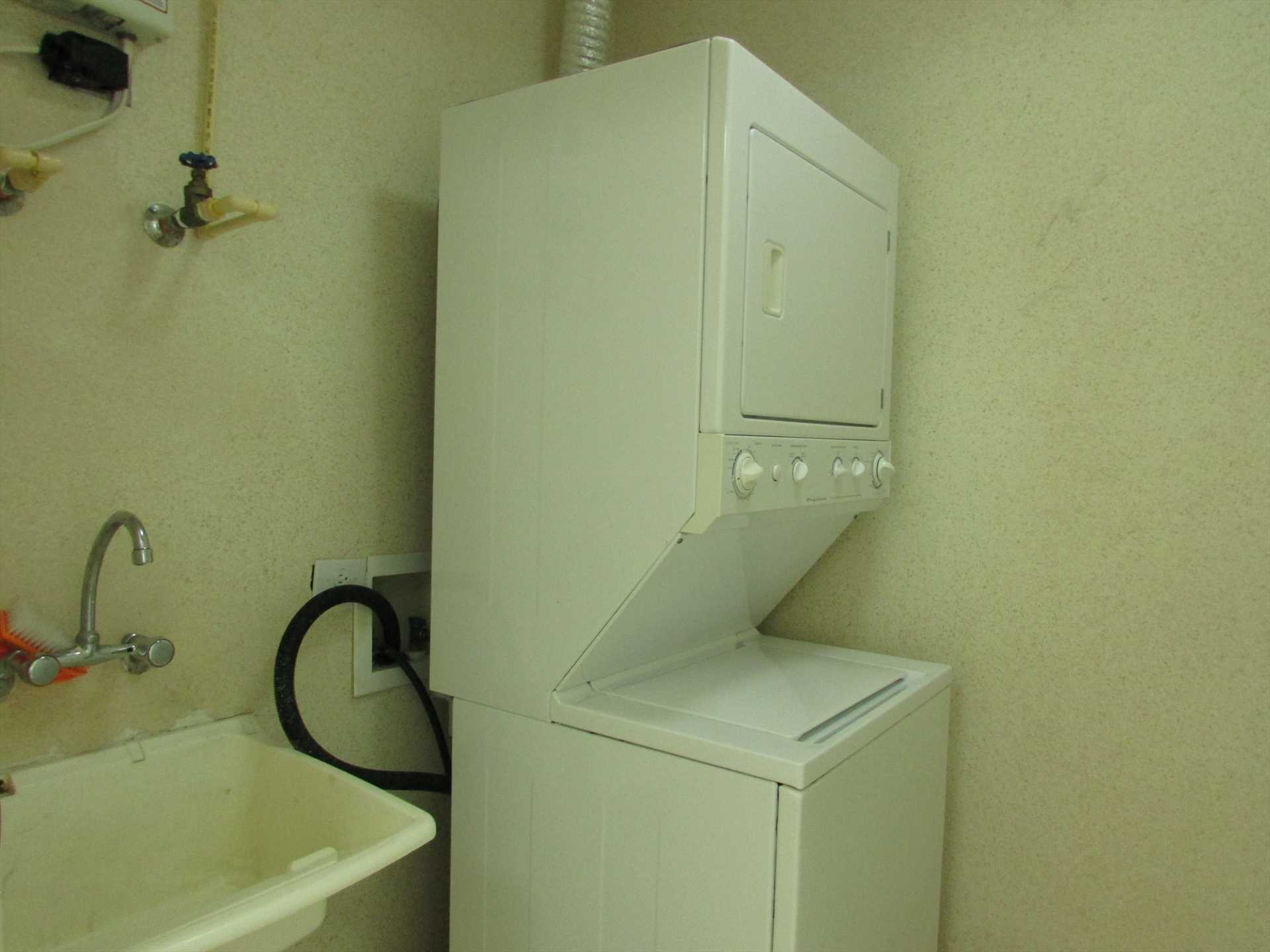 Utility room w/sink, washer/dryer & storage